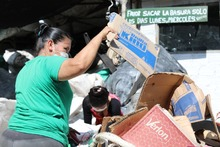 Alcaldía entrega bonos de mercado a Recicladores de Oficio