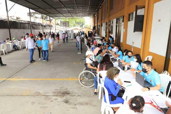 Con masiva participación, Alcaldía acercó su oferta institucional en Feria de Servicios de la comuna 21