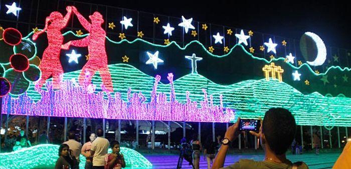 Luminoso mural navide o adorna el parque panamericano de cali for Mural navideno