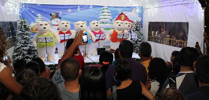 Orquesta de osos polares canta los mejores villancicos, de 7:00 a 11:00 de la noche en el alumbrado navideño