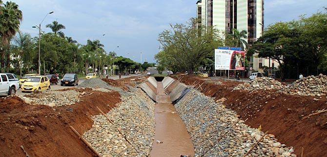 En diferentes frentes se construyen y rehabilitan canales de aguas lluvias en Cali